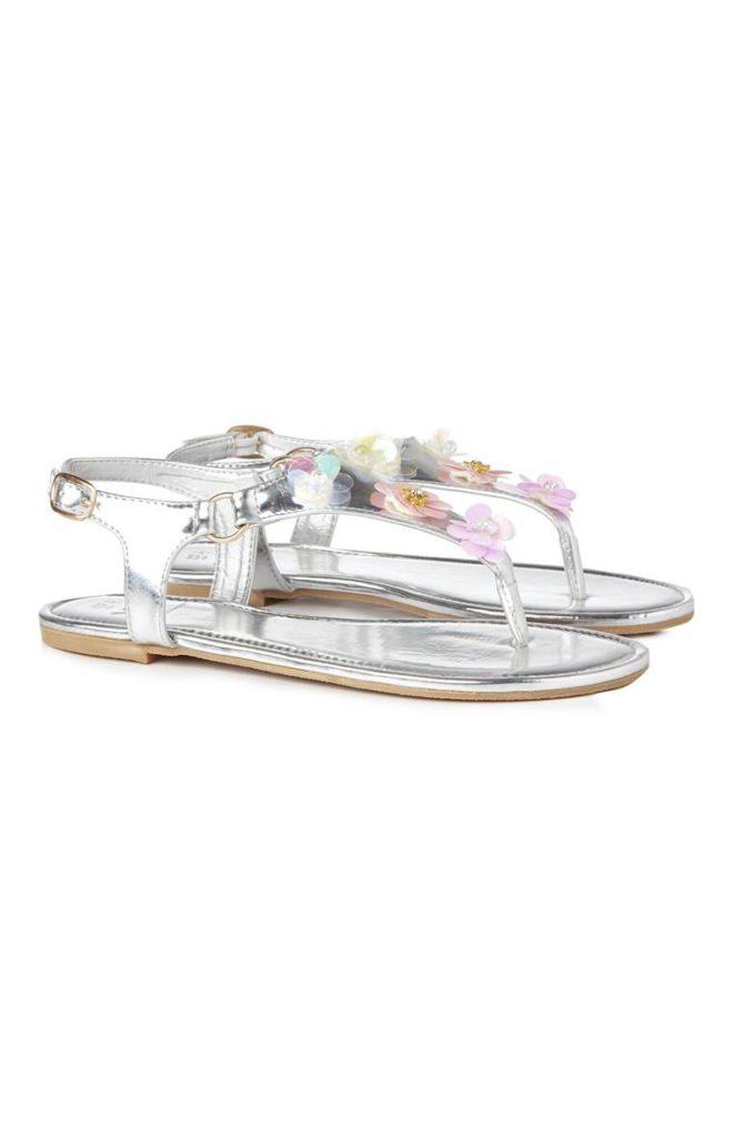 Sandalias plateadas con adornos