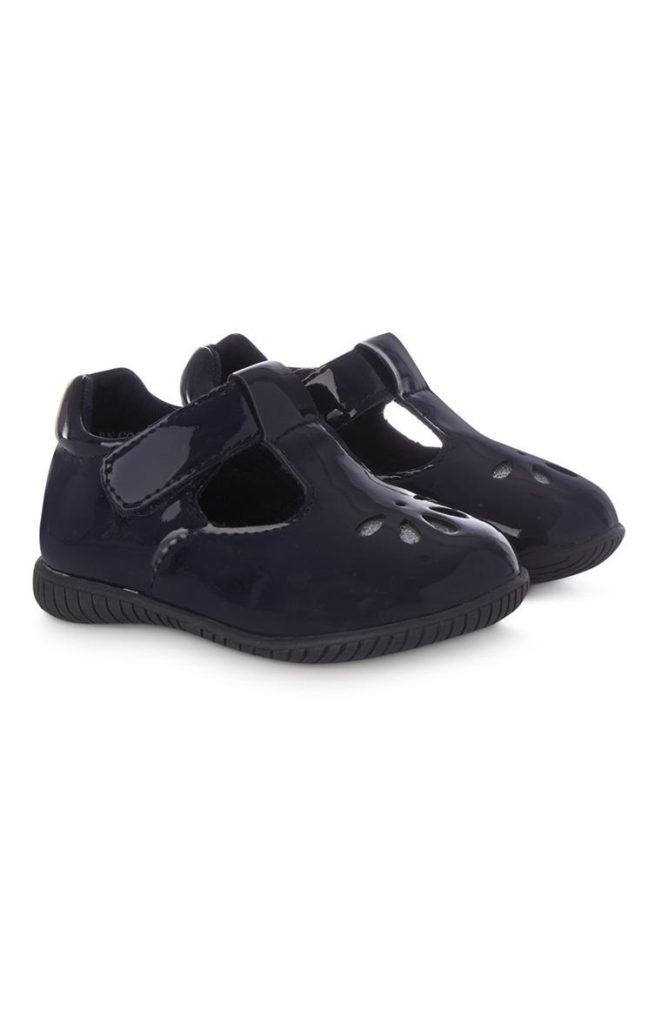 Zapato perforado azul de niña pequeña