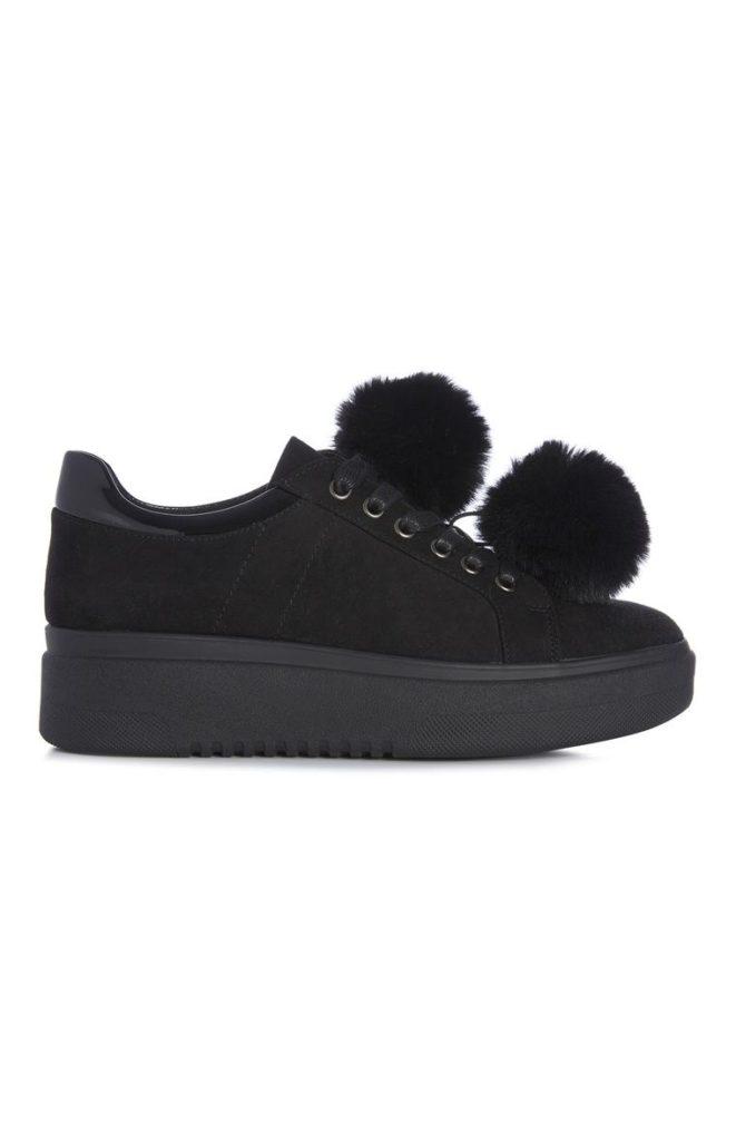 Zapatillas negras con pompones