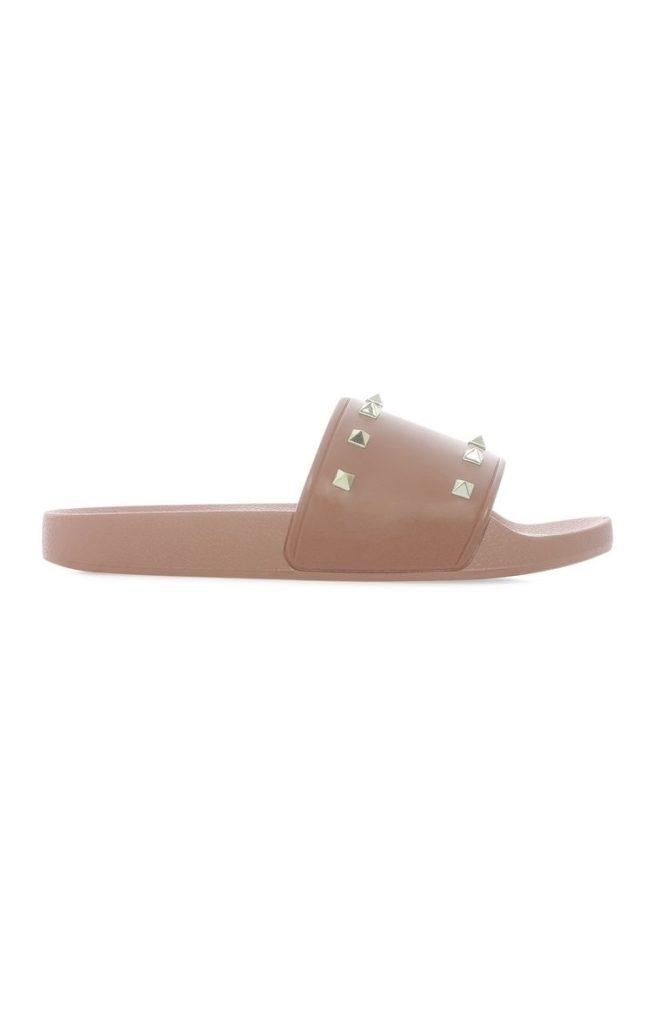 Sandalias tachonadas marrones