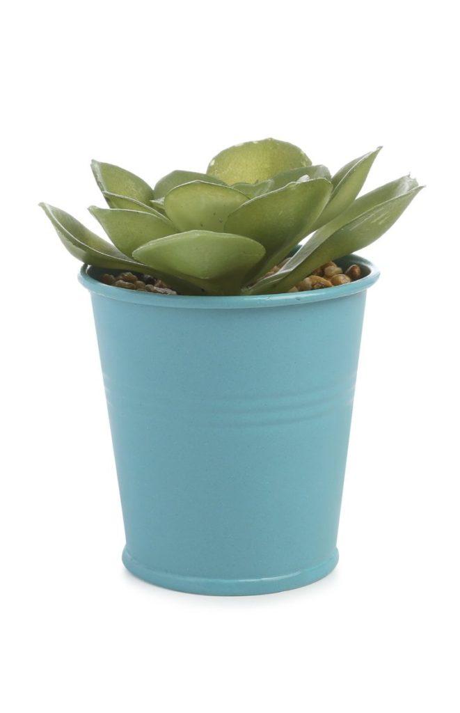 Planta artificial con macetero azul