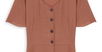 Blusa marrón con botones y sobrefalda