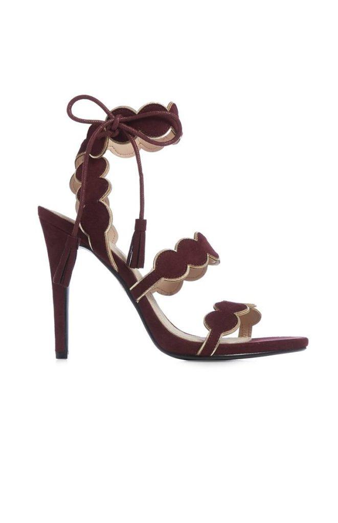 Zapatos con tacón y encajes burdeos
