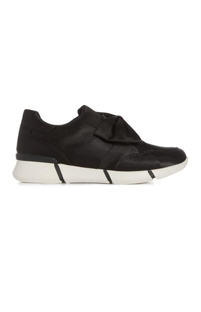 Zapatos coquetos deportivos de arco negro satinado