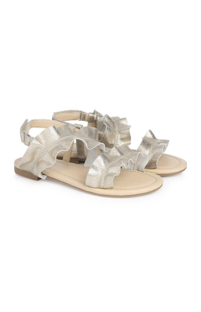 Sandalias plateadas con volantes de niña