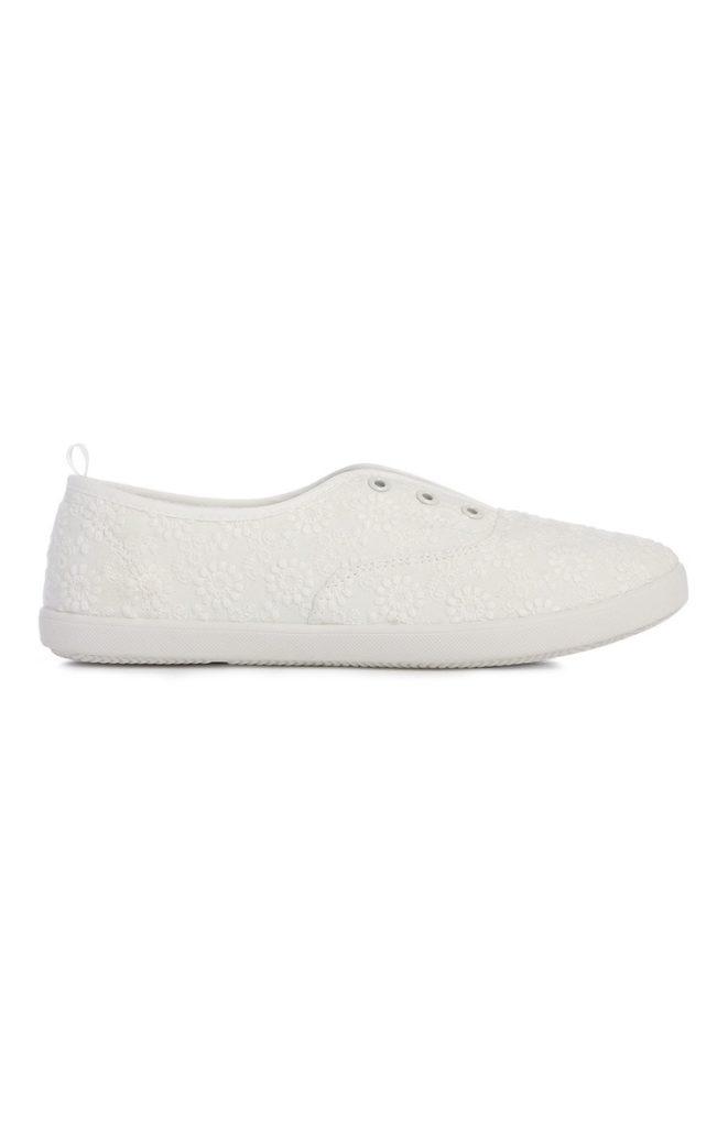 Zapatillas blancas con encaje