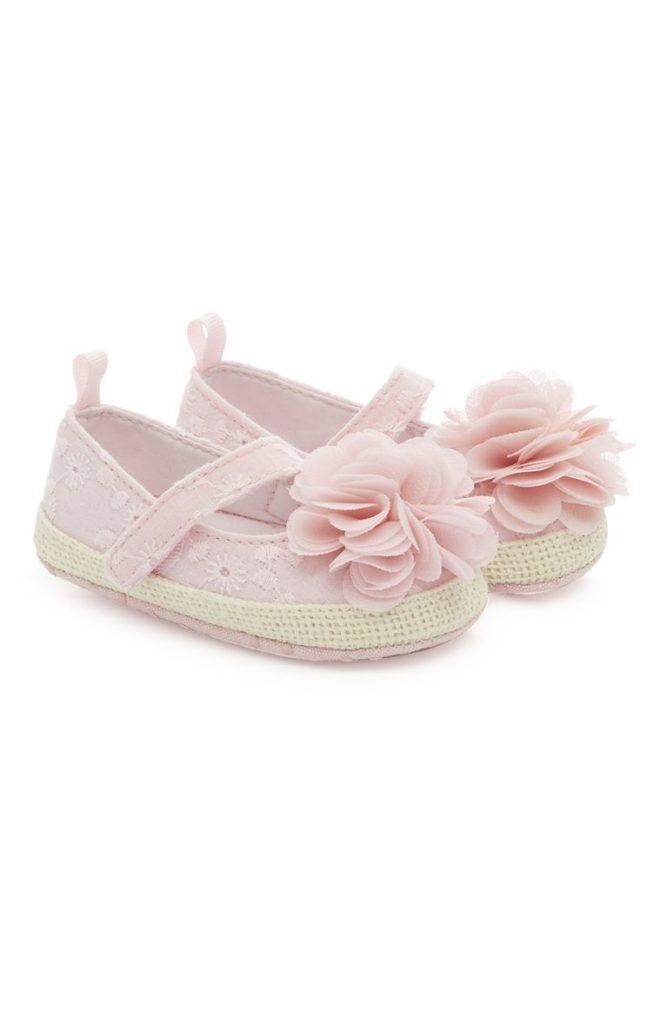 Zapatillas rosas con flores de bebé niña